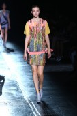 Model walks the runway at the Prabal Gurung fashion show — Stock Photo