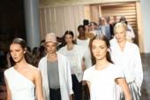 Modelos andar final da passarela no desfile de moda tibi — Fotografia Stock
