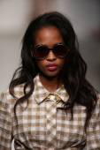 Model walks the runway at Karen Walker Spring-Summer 2015 fashion show — 图库照片