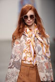 Model walks the runway at Karen Walker Spring-Summer 2015 fashion show — Stock Photo