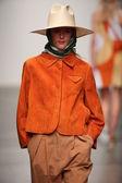 Modelo caminha a pista a karen walker primavera-verão 2015 desfile — Fotografia Stock