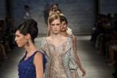 モデル b. マイケルで滑走路を歩くアメリカ ファッションショー — ストック写真