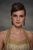 Modèle parcourt la piste à la michael b. défilé de mode d'Amérique — Photo