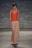 Model walks the runway at the B. Michael America fashion show — Stock Photo