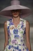 Model walks the runway at the B. Michael America fashion show — Foto de Stock