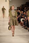 Model walks the runway at Ralph Lauren fashion show — Stock Photo