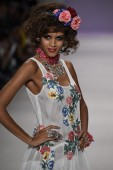 Model walks the runway at Betsey Johnson fashion show — 图库照片