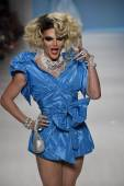 Willam belli parcourt la piste à betsey johnson — Photo