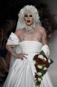 Drag Queen Sharon Needles walks the runway at Betsey Johnson fashion show — Стоковое фото
