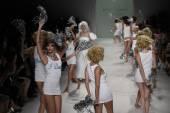 Models walk the runway finale at Betsey Johnson fashion show — Stockfoto