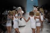 Elena Kurnosova walks the runway finale at Betsey Johnson fashion show — Stock Photo