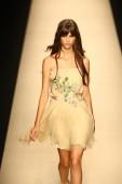 Model walks the runway during the Alberta Ferretti show — Stock Photo