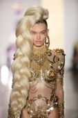 Model walks the runway during The Blonds 2015 fashion show — Stock Photo