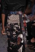 Modelo camina la pista en el show de donna karan new york — Foto de Stock