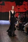 Model walks the runway at Donna Karan New York show — Zdjęcie stockowe