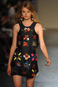Model walks the runway during the Leitmotiv show — Foto Stock