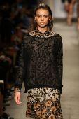 Model walks the runway at the Cividini Show — Zdjęcie stockowe
