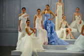 Modelli posano sulla pista durante lo show di 2015 collezione sposa monique lhuillier primavera — Foto Stock
