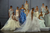 Models pose on the runway during the Monique Lhuillier Spring 2015 Bridal collection show — Stock Photo
