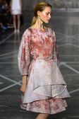 Model loopt de landingsbaan tijdens de show Mila Schon — Stockfoto