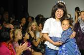 Designer Erica Kim walk the runway with models — Stock Photo