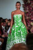 Karlie Kloss walks the runway at the Oscar De La Renta fashion show — Stock Photo