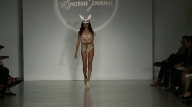 A model walks runway at Finale Runway Show during Lingerie Fashion week closing benefit Spring 2015 collection — Stockvideo