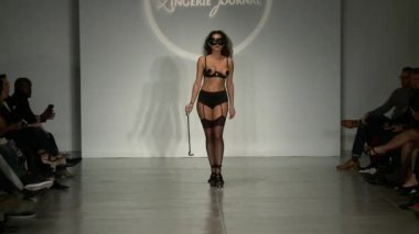 A model walks runway at Finale Runway Show during Lingerie Fashion week closing benefit Spring 2015 collection — Vídeo de stock