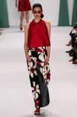 Model Ming Xi walk the runway at the Carolina Herrera fashion show — Stock Photo