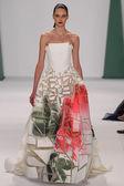 модель auguste abeliunaite идет взлетно-посадочная полоса в каролине herrera показ мод — Стоковое фото