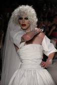 Drag Queen Sharon Needles walks the runway at Betsey Johnson — Stock fotografie