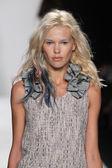 Model walks the runway at the Badgley Mischka fashion show — Stock Photo
