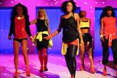 Models perform during the Athleta Runway show — Stock Photo