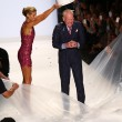Heidi Klum pours ice on Tim Gunn for the ALS Ice Bucket Challenge — Stock Photo #58385745