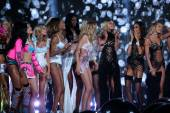 Victoria's Secret models with performers Hozier, Taylor Swift, Ed Sheeran and Ariana Grande — Stock Photo