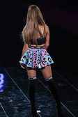 Ariana Grande during 2014 Victoria's Secret Fashion Show — Stock Photo