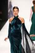 Walter Mendez design at the Art Hearts Fashion show — Stock Photo