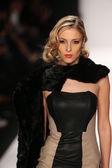 Hallie Sara design at the Art Hearts fashion show — Stock Photo