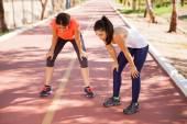 Friends taking break from running — Stock Photo