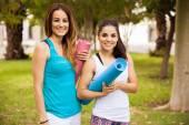 Frauen, die yoga-matten — Stockfoto