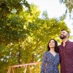 junges Paar nachschlagen — Stockfoto #65239027