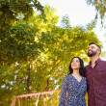 pareja joven mirando hacia arriba — Foto de Stock   #65239027