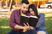 Couple reading together — Stock Photo