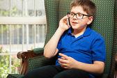 Garçon, parlant à son père par téléphone — Photo