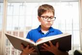 大きな本を読んで小さな男の子 — ストック写真