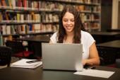 Uczeń za pomocą laptopa — Zdjęcie stockowe