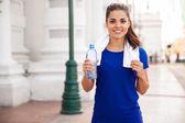 リラックスした女性と飲料水 — ストック写真