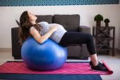 Hamile kadın germe — Stok fotoğraf
