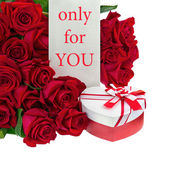 Gift Box in Shape of Heart and Bouquet from Roses. — Stock Photo