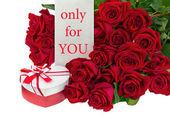 Geschenk-box in form des herzens und der blumenstrauß aus rosen. — Stockfoto